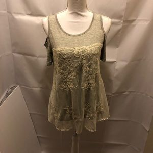🌟NWOT By&By Gray and lace top cover blouse size m